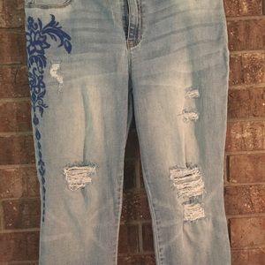 Chico's embroidered distressed crop jeans. Sz0/6